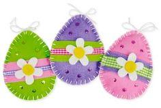 Ostern feiern Filz Ornamente selber nähen Ostereier Glitzersteine Gänseblümchen Muster