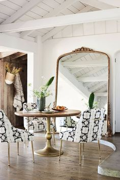 Love this idea for making a small dining room look huge! -- Home Sweet Home: Accent Black and White Retro Home Decor, Cheap Home Decor, Modern Vintage Decor, Vintage Ideas, Sweet Home, Interior Decorating, Interior Design, Bohemian Decorating, Decorating Ideas