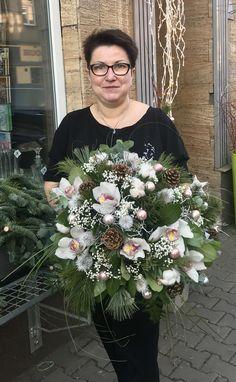 Vánoční kytice vázaná  cymbídium, bavlna, soukenická štětka, šišky, borovice, borůvčí, pistácie, sallal, leder, gipsofila, beargras, baněčky...