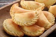 Cheese and Olive Empanadas is a delicious food from Bolivia. Learn to cook Cheese and Olive Empanadas and enjoy traditional food recipes from Bolivia. Snacks Für Party, Lunch Snacks, Lunch Foods, Mexican Food Recipes, Dessert Recipes, Mexican Desserts, Mexican Pastries, Dinner Recipes, Drink Recipes