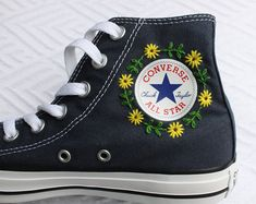 Flower logo embroidered opposite - # Check more at frauenschuhe. - Floral logo embroidered opposite – # Check more at Frauenschuhe. Converse Floral, Diy Converse, Custom Converse, Converse Style, Colored Converse, High Top Converse, Converse Vintage, Black Converse, Cute Shoes
