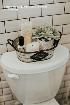 Farmhouse bathroom decorating ideas - cheap farmhouse decor ideas for decorating. Farmhouse bathroom decorating ideas - cheap farmhouse decor ideas for decorating your home on a budget. Table Design Bois, Bathroom Storage Solutions, Storage Ideas For Bathroom, Bathroom Counter Organization, Vibeke Design, Diy Bathroom Decor, 1920s Bathroom, Bathroom Towels, Bathroom Cabinets