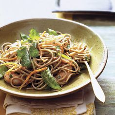 Soba Noodles with Shrimp, Snow Peas, and Carrots. Forget takeout – this quick Asian noodle salad packs all of the flavor and a fraction of the fat of its restaurant counterpart. Healthy Comfort Food, Healthy Eating, Comfort Foods, Healthy Food, Asian Recipes, Healthy Recipes, Ethnic Recipes, Savoury Recipes, Asian Foods