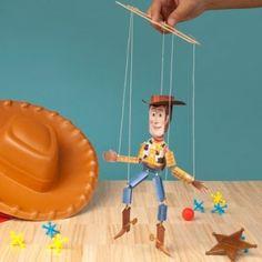 Papercraft dela marioneta de Woody de Disney. Manualidades a Raudales.