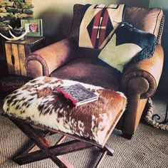 "I do love some cowhide.""Cowhide, a Navajo blanket, and antlers are cabin staples, but the burlap-covered cord is an unexpected touch we can't wait to copy. Western Furniture, Rustic Furniture, Furniture Decor, Cowhide Furniture, Cabin Furniture, Furniture Design, Furniture Projects, Furniture Plans, Ideas Dormitorios"