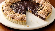 Τάρτα σοκολάτας με πραλίνα φουντουκιού και φουντούκια. Μια τάρτα με τραγανή βάση, με πολύ πλούσια κρεμώδη σοκολατένια και φουντούκια. Μια εύκολη συνταγή (α