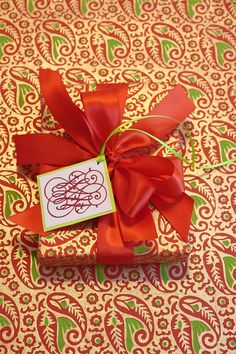 Select boldly colored wrapping paer to create dramatic gift wrapped packages - Not your typical green and red | Carolyne Roehm #giftwrapping #elegant