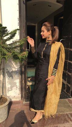 Follow Me Rishita Surve•̀.̫•́✧ Kurti Neck Designs, Kurti Designs Party Wear, Blouse Designs, Salwar Designs, Designer Punjabi Suits, Indian Designer Wear, Stylish Dress Designs, Stylish Dresses, Salwar Dress