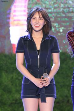 Wendy is a Canadian and South Korean girl who is a member of the top-charting Korean girl group red velvet. She is very beautiful and has a perfect body. Kpop Girl Groups, Korean Girl Groups, Kpop Girls, Seulgi, Wendy Red Velvet, South Korean Girls, Short Hair Styles, Hair Cuts, Lady