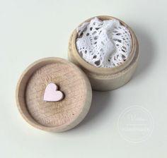 Drewniane, okrągłe pudełko na obrączki z różowym sercem oraz koronką Place Cards, Place Card Holders, Handmade, Ideas, Hand Made, Handarbeit