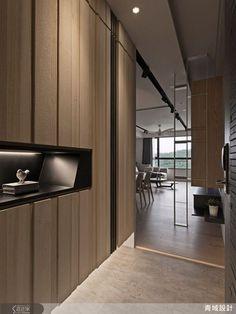 為化解開門見窗的窘境,設計師在玄關運用鏤空的鐵件與木作異材質的拼接,營造出視覺通透的輕盈感,讓空間層次更顯分明。