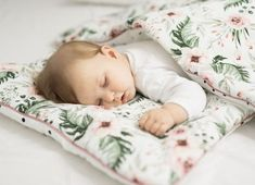 Tak tomu sa hovorí ustlané na ružiach 😃🌸 Príjemná, mäkučká a veľmi praktická - taká je sada Vankúša a perinky už aj s výplňou Sleepee Dreams. A obsahuje aj takú malú vychytávku, a to sú v rohoch našité látkové stuhy, ktoré môžete priviazať k priečkam postele. Zabránite tým tomu, že sa dieťatko v noci odkope a bude spať odkryté. #sladkyspanok #babygirl #mylove #kids #sommama #obliecky #sleepee #dreams #dopostielky #vybavicka #chystamvybavicku #babyshop #babyproduct #kidilove #kidilovesk Toddler Bed, Baby, Furniture, Home Decor, Child Bed, Decoration Home, Room Decor, Home Furnishings, Baby Humor