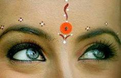 Usado entre as sobrancelhas, Marca o chakra anjna (Terceiro Olho). Anjna é a porta de entrada para a mente para entrar espiritualidade, e também marca a localização da glândula pineal. Na psicologia, da glândula pineal é considerada ponte entre a mente do corpo.