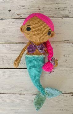 Niedliche Meerjungfrau **Mia**, wurde mit viel Liebe gehäkelt und sucht eine neue Freundin. Mia ist beige und hat leuchtendes pinkes Haar und ist in den Farben Lila und türkis. Ein schönes...