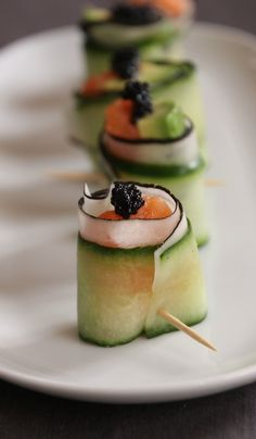 Bouchées de saumon et d'avocat façon faux sushis Pour 12 bouchées 1 concombre 1 radis noir 2 pavés de saumon 2 avocats murs Jus de citron jaune Œuf de lumpe noir (ou caviar si c'est jour de fête chez vous) Pic à cure dent