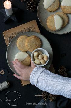 Macadamianusstaler mit gesalzenen Macadamianüssen und weißer Schokolade Bread, Cookies, Food, White Chocolate, Sweet Recipes, Food Food, Baking, Biscuits, Essen