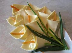 Appetizer ''calla lily'', made ​​with cheese, green onions and optional filling Fun Food Blumen flowers Lilien Käse Scheibletten Frischkäse Schnittlauch Party Buffet