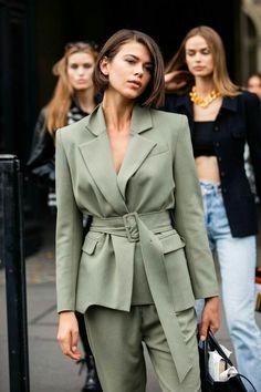 Street style : les plus beaux looks beauté aperçus à la Fashion Week de Paris - estilo casual - estilo urbano - estilo clasico - estilo natural - estilo boho - moda estilo - estilo femenino Fashion Weeks, Paris Fashion Week Street Style, La Fashion Week, Street Style Outfits, Looks Street Style, Fashion Mode, Vogue Fashion, Cool Street Fashion, Mode Outfits