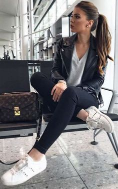 Take a look at 25 best airport style winter outfits to copy to your next flight in the photos below and get ideas for your own outfits! Beyond obsessed with this look like a comfy and cute outfit for flying. Fashion Mode, Look Fashion, Winter Fashion, Fashion Outfits, Womens Fashion, Fashion 2018, Fashion Trends, Spring Fashion, Fashion Ideas