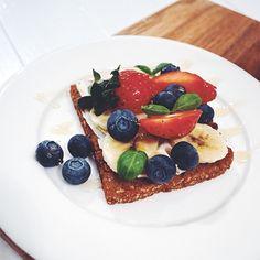 Lainahöyhenissä-blogin Piret on kehitellyt ihanan Fazer Real herkkuleivän, jossa yhdistyvät tuoreet marjat jyväiseen Real-leipään. Tämä herkku on mitä ihanin aamupalalle mutta sopii hyvin myös kesäiseksi välipalaksi. Pancakes, French Toast, Bread, Breakfast, Ethnic Recipes, Birthday, Food, Morning Coffee, Birthdays