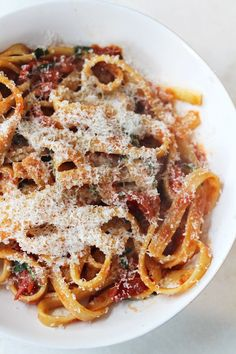 Dit recept voor een snelle pasta is ideaal voor doordeweeks, of als je niet al teveel tijd hebt, maar je wel eventjes in Italië wil wanen. Zo lekker!