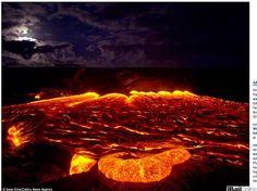 Conhecido como Kilauea, o mais ativo dos cinco vulcões que formam a principal ilha do Havaí, o que vemos poderia facilmente ser confundido c...