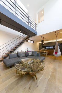 リビングの大胆な吹き抜け。「リビングの中に階段を設けたかった」と軽やかなストリップ階段を設置。古木の脚がインパクト大のガラステーブルは「Kaja」のもの。 Room Interior, Interior Design, House Design, Living Room, Home, Style, Houses, Nest Design, Swag