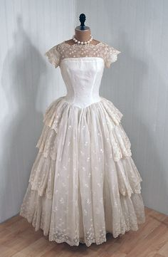 1950s wedding dress/ i may be old fashioned but i would love this dress 1950s Fashion, Vintage Fashion, French Fashion, Ladies Fashion, Style Fashion, Pretty Dresses, Beautiful Dresses, Vintage Dresses, Vintage Outfits