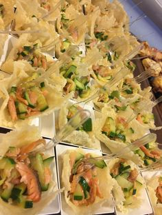 mini cestini al grana finger con straccetti di salmone e zucchine saltate