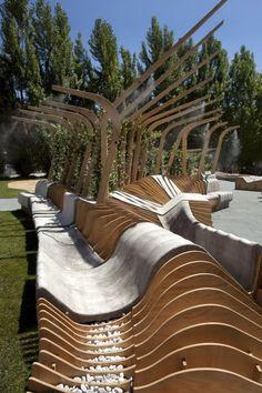 """8. Instalação """"UNIRE/UNITE"""" possibilita variadas posições de descanso, exercícios inspirados no yoga e conta com nebulizadores para o conforto térmico dos usuários durante o verão. Desenvolvido pelo jovem escritório Urban Movement Design."""
