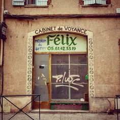 """""""Cabinet de voyance Félix. Médium du Berry"""" #çachangetout  Rue du Pont Saint-Pierre #Toulouse #medium #voyance #Berry #insolite #ByToulouse #visiteztoulouse #igerstoulouse #toulouse_focus_on #enseignesetpublicites #vintagesigns #vintagetypo #vintage #vintageshop #oldshop #old #shop #retro #retroshop #retrotypo #retrosigns #retrotypography #signs #sign"""