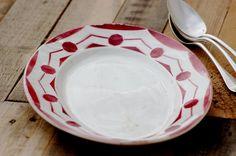 Ovales plats usines Digoin. Il appartient à la série de Ciboulette. Il possède un décor de géométrque rose foncé. Il est en bon état, mais il