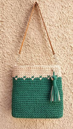 Crochet Handbags, Crochet Purses, Crochet Art, Love Crochet, Knitting Patterns, Crochet Patterns, Tapestry Bag, Knitted Bags, Crochet Fashion