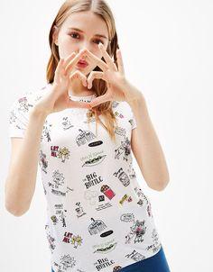 Camiseta algodón estampado all over. Descubre ésta y muchas otras prendas en Bershka con nuevos productos cada semana
