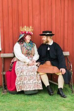 Brudpar i folkdräkter. Wedding couple in swedish folk costume. She in Västbo härad, Unnarydsdräkten. He in Orsa, Dalecarlia. Folkdräkt, kronbrud, hembygdsdräkt, Orsa, Unnaryd, brudkrona.