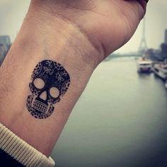 Handgelenk-Tattoo-Totenkopf-Bilder-Beispiele-Männer