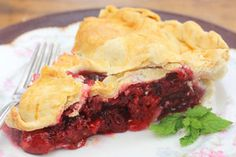 Delicious raspberry pie oozes with the flavor of summer and childhood memories of Grandmothers and cold glasses of milk. Fresh Raspberry Pie by Sue Lau Easy Raspberry Pie Recipe, Fresh Raspberry Recipes, Fresh Fruit Desserts, Delicious Desserts, Yummy Food, Pie Recipes, Sweet Recipes, Pastries Recipes, Dessert Recipes