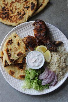 Poulet tandoori et riz basmati Un petit voyage en Inde, ça vous tente? Dans cet article, je vous partage une assiette pleine de saveur, avec des pilons de poulet tandoori cuits au four, accompagnés d'un riz basmati pilaf et d'une sauce au yaourt. Pour le poulet, je me suis laissée tenter par la recette tirée...