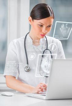 Jolie femme médecine médecin travaillant avec interface informatique moderne - Photo