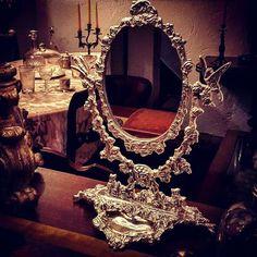 Espelho de mesa romãntico em casquinha com decoração relevada de pássaros e flores.