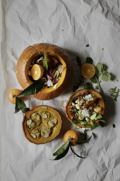 Whole roasted pumpkin salad, filled with beans, chorizo, chevin, pickled onions, caramelized seeds + clementines. Perfect as a side dish or a starter. #pumpkin #salad #easy #meals #starter #miel_meel #dinner #ideas #food #blog