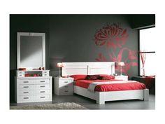 Ambiente 4: dormitorio de madera maciza lacado en color blanco / Cabezal con detalles metálicos en plata / Mesitas de noche de 3 cajones / Cómoda de 4 cajones con joyero y espejo / Tiradores de metal.