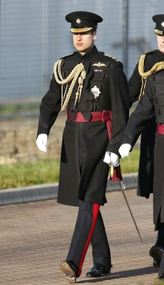 William arrives at an army base in Aldershot, England, for a ceremony presenting medals to those who served in Afghanistan. Military Inspired Fashion, Military Fashion, Army Uniform, Men In Uniform, Naval, 1800s Fashion, Military Insignia, Uniform Design, Medieval Costume