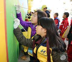 현대자동차의 키즈현대 어린이들이 벽화에 그림을 그리고 있는 모습이네요~! #hyundaimotorgroup #hyundai #kidshyundai