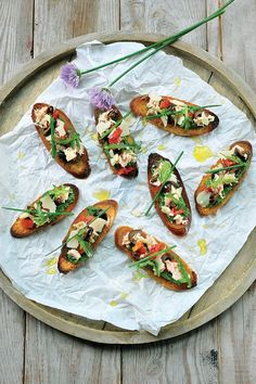 Zuiderse bruschetta met tonijn en rucolapesto Tapas, Bruchetta, Werk Af, Finger Foods, Food Inspiration, Food And Drink, Appetizers, Healthy Eating, Lunch