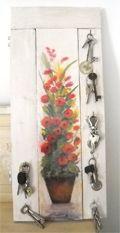 Se vuoi dipingere un oggetto di legno o creare un oggetto come quello della foto, una tavola dipinta con motivo a fiori, per appendere le chiavi di casa, ecco come procedere: Trovate nella soffitt…