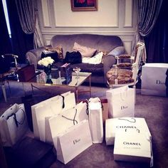 chanel, dior, and shopping-bild Luxury Lifestyle Fashion, Lifestyle Shop, Rich Kids Of Instagram, Instagram Girls, Instagram Posts, Shopping Spree, Go Shopping, Chanel, Rich Kids Of Dubai