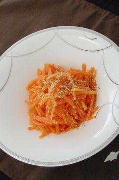 (Y-follow recipe! Need to try again) 韓国人の方に教わった、ほんとに美味しいナムルですよ♪人参 200g 水1㍑ 塩大さじ1 ごま油小さじ1 塩小さじ1/2 おろしニンニク小さじ1/2 コショウ適量