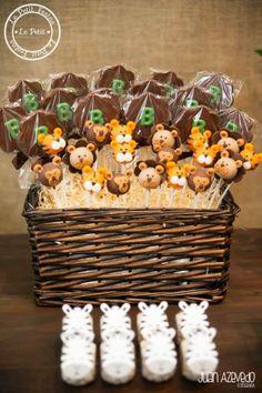 Suporte rústico para biscoitos decorados e com a palha clara em contraste com o tom escuro da cesta.