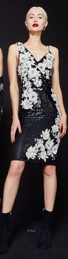 -Alice + Olivia Fall 2019 Alice + Olivia Fall 2019 See it Alice Olivia, Moda Floral, Winter Typ, White Elegance, Black White Fashion, Floral Fashion, Party Looks, Trends, Boho